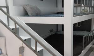 Dormitorio infantil cama y zona de juego